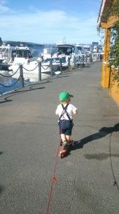 Sparkesykkel på kaia med sikkerhetsline. Den er like god til lands som til vanns.