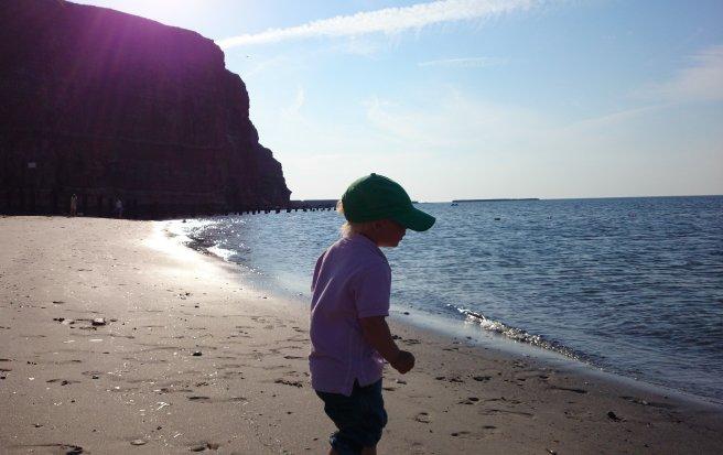 Linus koser seg på stranden