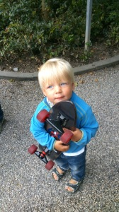 Little fellow whith the boats newly baught skateboard