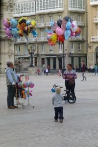 Mye spennende i La Coruña. Linus utforsker verden på sparkesykkel.